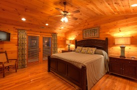 Blue Horizon Lodge | Cabin Rentals of Georgia | Top Floor King Suite