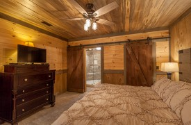 River Heights Lodge | Cabin Rentals of Georgia | Terrace Level King Master Suite w/ en-suite bath