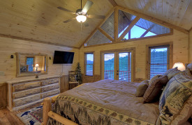Heartwood Lodge | Cabin Rentals of Georgia | Upstairs King Suite
